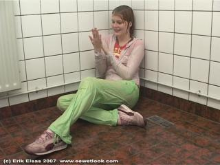 EE Wetlook, Hinnie in green pants in the shower